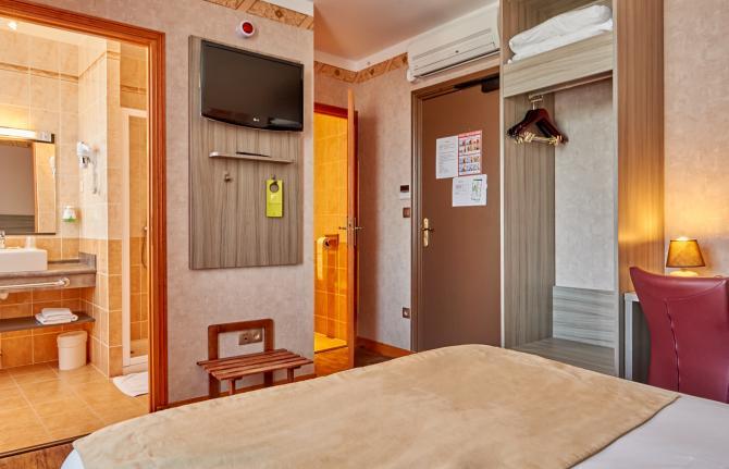 Au Relais Nivernais - Lit double téléviseur avec salle de bain / douche